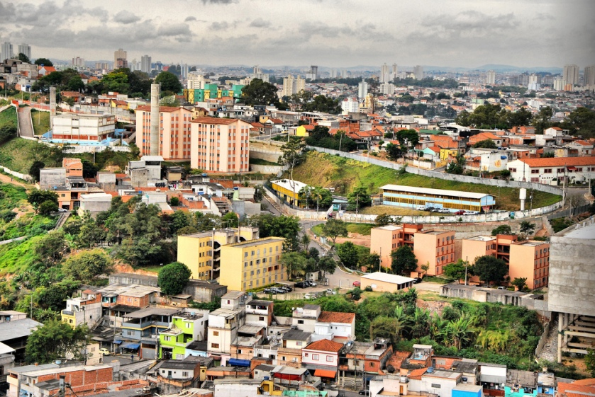 Example of formal social housing next to informal urbanisation in Cabuçú, São Paulo (Photo R.R..)